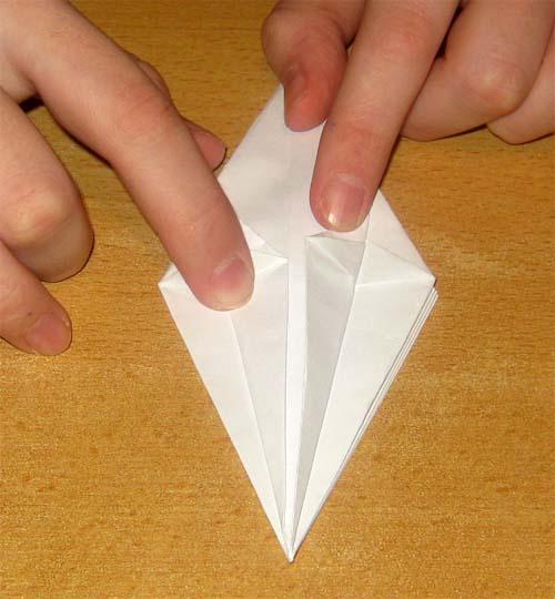 11. Верхние слои бумаги согните вниз настолько, насколько позволяет листок бумаги (почти пополам).