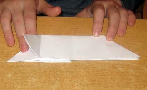10. Сделать поросёнку ножки с двух сторон, согнув центральную сторону развёрнутого треугольника к линии...