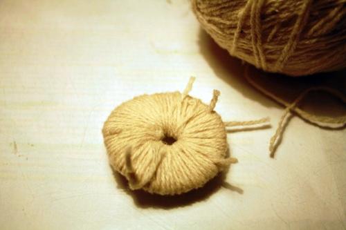 Одуванчик из шерстяных ниток