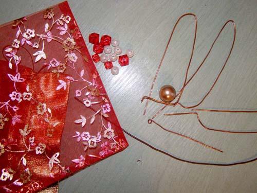 Красная стрекоза из проволоки, бисера и органзы.
